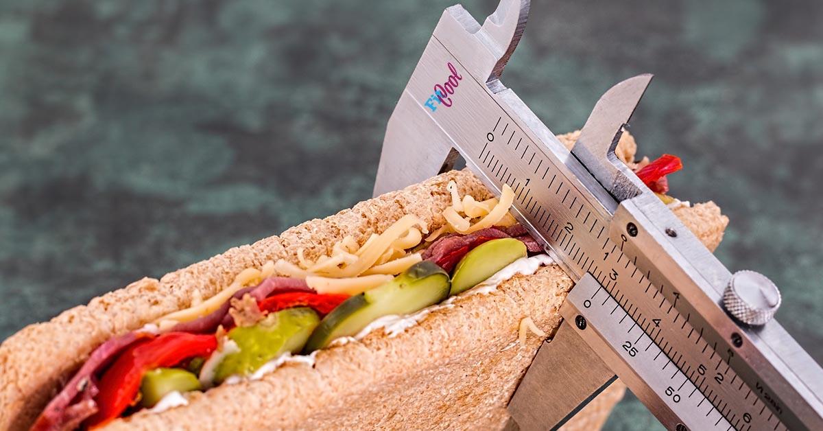 tabletky na chudnutie, babgeta a posuvne meradlo ilustruje meranie kalorii