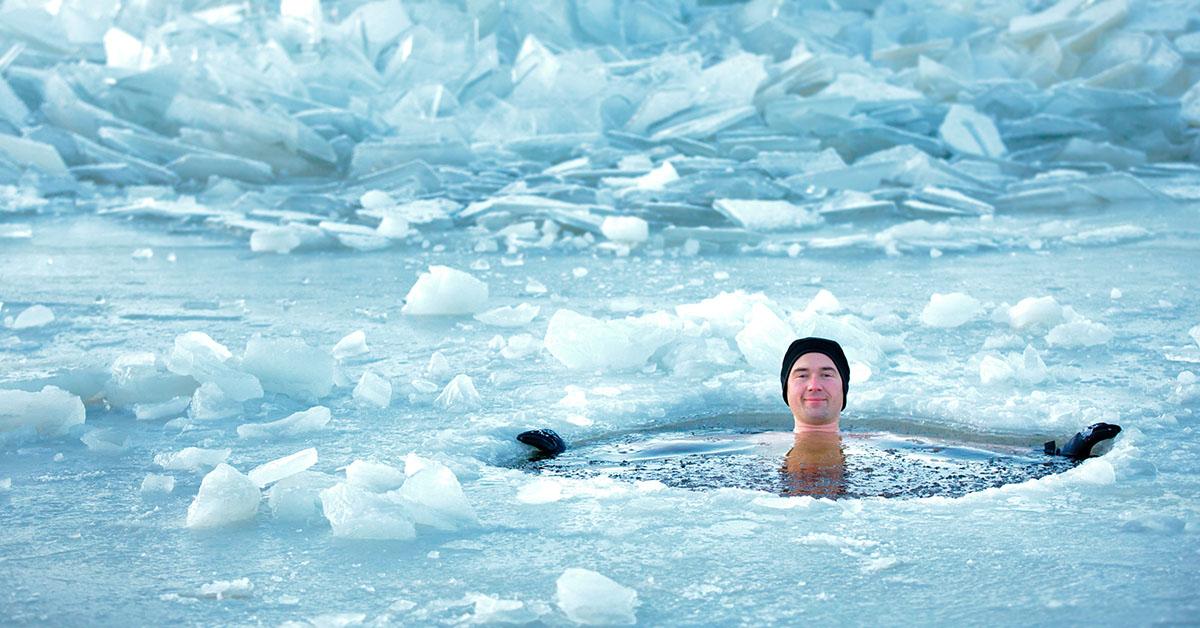 benefity otužovania - muž v ľadovej vode