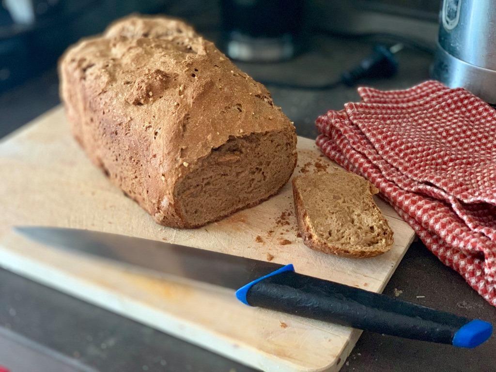 špaldový chlieb z domacej pekarne