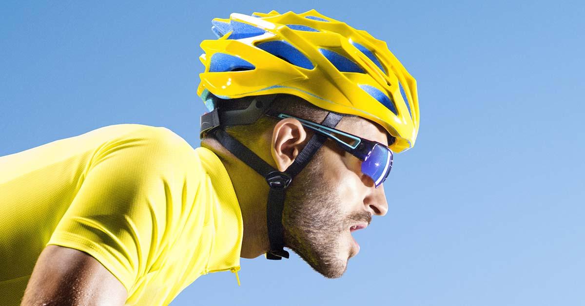 ako vybrat cyklisticku prilbu - muť v cykjlistickej prilbe na bicykli